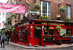 DUBLIN III (Mélanie G) Tags: temple bar dublin ireland irlande street rue city ville templebar canon photo trip voyage building batiment people personne architecture urban urbain