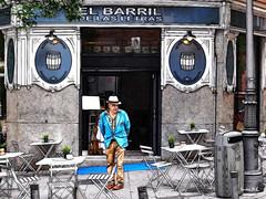 Añoranzas (Santos M. R.) Tags: madrid barriodelasletras terraza mesas bar sillas farola papelera tiestos barril sombrero mirada chaqueta hierro baldosas