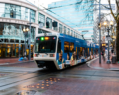 #Trimet MAX Green Line Pulling Into SW 5th Ave MAX Station