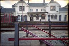 Quai de gare à Wavre (Gauthier V.) Tags: olympusxa4 c200 gare rail architecture wavre brabantwallon belgium