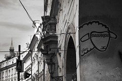 Etre ou ne pas être (Atreides59) Tags: prague praha mouton sheep graff graffiti républiquetchèque czechrepublic urban urbain street black white bw blackandwhite noir blanc nb noiretblanc pentax k30 k 30 pentaxart atreides atreides59 cedriclafrance