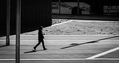 Hacía el parking. (Ricardo Pallejá) Tags: street sombras shades silueta sun monocromático monocromo contraste calle catalunya catalonia cataluña chica contraluz urbana urban urbanexploration blancoynegro bw blackandwhite nikon d500 woman