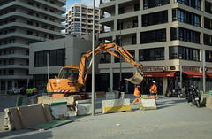 Smashing down (numéro six) Tags: rue rua street calle ville city cidade ciudad urban ubrano urbain pelleteuse shovel escavadora excavator excavatrice batignolles paris france