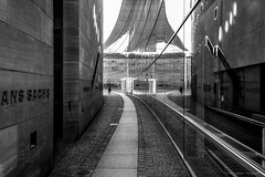 Nürnberg 2019 (Thomas Weiler Fotografie) Tags: street streetphotography city urban architecture travel building museum blackandwhite fine art monochrome perspective nuremberg germany wideangle lines reflections texture pattern pavement boardwalk thomasweilerfotografie schwarzweisfotografie nürnberg fusgänger