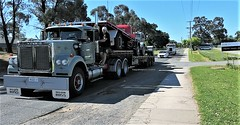 Hitching a Ride get ready to Jump hahahah at Yarra Glen (secret squirrel6) Tags: secretsquirrel6truckphotos craigjohnsontruckphoto australiantrucks bigrigs worldtrucks truckphotos whiteroadboss yarraglen 2018 semitrailer primemover hitchhiker holdon lol