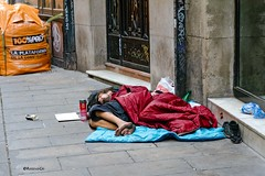 La Plataforma de la Construcció - Sin techo (rossendgricasas) Tags: crisis bombollainmobiliaria barcelona street streetphotography people sintecho sensesostre estatdelbenestar vergonya vergüenza photo