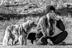 Chica con perros (munover) Tags: d3400 bn valencia parque perro fumar