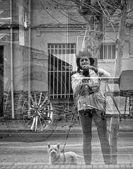 El comienzo del amor consiste en dejar que las personas a las que amamos sean ellas mismas, y en no presionarlas para que se amolden a nuestra propia imagen. En este caso, tan sólo amariamos  el reflejo de nosotros mismos reproducido en ellos. (elena m.d.) Tags: elena new monocromo guadalajara street callejeras reflejos bn bw 2019