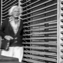 LIGNES BRISEES (zventure,) Tags: zventure noiretblanc nice noir nb blackandwhite monochrome métal homme humains femme lignes portrait flou