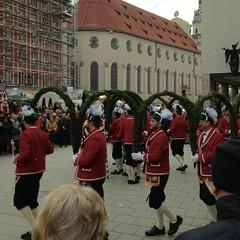 Schäfflertanz in München: das Glockenspiel am Rathaus zum Leben erweckt (cu♥re di marmo) Tags: schäffler coopersguild bavarian munich münchen brauchtum schäfflertanzbayerntradition