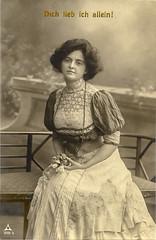 1909 Vorführdame, Spruchzeile (zimmermann8821) Tags: atelierfotografie fotografie gruskarte postkarte photochromie deutscheskaiserreich bluse damenfrisur damenmode frisur kleid liebesspruch liebesgrus