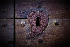 Un cuore di serratura (ornella sartore) Tags: serratura porta cuore dettagli