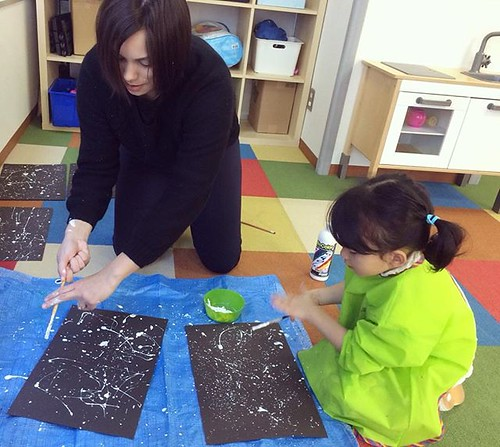 We experimented with paint brushes and figured out the perfect way to make a starry sky! 🌟 #tokyo #kindergarten #preschool #artsandcrafts #space #painting #保育園 #東京 #幼稚園 #芝公園