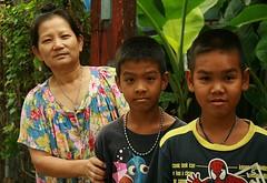 grandma with boys (the foreign photographer - ฝรั่งถ่) Tags: grandma boys two khlong thanon portraits bangkhen bangkok thailand canon