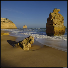 Praia da Marinha #2 (LilFr38) Tags: lilfr38 fujifilmxpro2 fujifilmfujinonxf1024mmf4rlmois algarve portugal praiadarocha beach ocean sand wave cliff rock plage océan sable vague rocher falaise