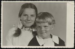 Peter841 Vronie und Robert, 1930-1950 (Hans-Michael Tappen) Tags: archivhansmichaeltappen albumb peterhuber 19301950 einzelbild fotorahmen atelierphoto atelierfoto 1943 zöpfe haarschleife