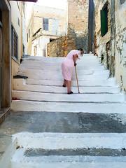 Pas toujours facile (Loanne ou Lolo) Tags: ruelle escaliers crête grèce greece mami mamie