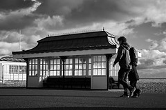 People walk in Worthing (rafpas82) Tags: worthing sussex biancoenero blackandwhite nuvole nuvoloso people gente persone streetphoto streetphotography street clouds mare england southofengland south unitedkingdom regnounito fujifilmxt20 xt20 35mmf2 fujinon35mmf2