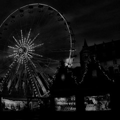 """d'inspiration """"Tim Burton"""" Joyeux Noël"""" (pierre Moulin) Tags: france pasdecalais nord nordpasdecalais béthune granderoue noël timburton nb noiretblanc chalets marché marchédenoël lune lugubre ambiance sombre lumières ciel"""