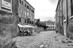 Relaxation... (Zoom58.9) Tags: city street buildings houses place café people group europe italy venice monochrome bw stadt strasse gebäude häuser platz menschen gruppe europa italien venedig holiday urlaub mood stimmung canon eos 50d