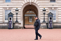 Guarding The Guards (Mister Oy) Tags: buckinghampalace london guards police gun armed nikond850 nikon85mmf14gafs security royalty