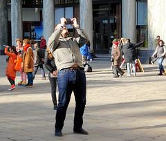 The Whole Picture (Hindrik S) Tags: photographer sonyphotographing streetphotography photo strasenfotografie streetphoto straatfotografie strjitfotografy candid vienna wenen wien austria ostereich oostenrijk man mann smartphone sony dschx90v strase street strjitte straat michaelerplatz people mensen menschen minsken 2019