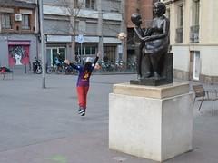 "Nen jugant a futbol i ""Maternitat"" (1960). Escultor Joan Rebull (1899-1981). Bronze sobre pedestal de pedra a la plaça de Navas, Barcelona. (heraldeixample) Tags: heraldeixample bcn barcelona spain espanya españa spanien catalunya catalonia cataluña catalogne catalogna sandra dona woman mujer frau femme fenyw bean donna mulher femeie 女人 kadın женщина หญิง boireannach kobieta 铁 mainada canalla fill nens children child enfant infant kind criança bambino 孩子 barn ребенок mother mare mère mutter eltern genitori พ่อ แม่ พ่อแม่ 父亲 母亲 父母 escultura sculpture skulptur scultura скульптура 雕塑 ngc joanrebull albertdelahoz plaçadenavas"