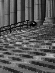 Seul (AlainC3) Tags: personne people homme man newyork nyc usa escalier stairs colonne nikond7500 noirblanc nb blackwhite bw ombre shadow