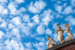 Heavenly (TablinumCarlson) Tags: europa europe deutschland germany brd brandenburg potsdam leica m summicron m240 90mm dach roof top wolken clouds himmel sky weather wetter heavenly himmlisch figuren figur figure floccus cirrocumulus