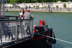 L'ivoire à Paris (Loran de Cevinne) Tags: lorandecevinne paris people personnage personne péniche bateau quaisdeseine seine fleuve france pentax