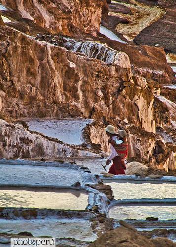 Cusco, trabajadora de Sal de Maras