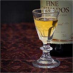 Schnapsglas aus Frankreich, etwa 1890 (Janos Kertesz) Tags: glas schnapsglas calvados gelb alkohol alt frankreich fein glass brandy yellow alcohol old france fine