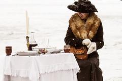 pranzo all'aperto (anna barbi) Tags: kandersteg donna pranzo neve inverno cappello guanti tavolo