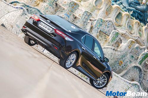 2019-Toyota-Camry-Hybrid-13