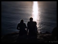 Contraluz (agalayo) Tags: contraluz atardecer siluetas mar oceano finisterre peregrino luz oscuridad oscurecer ocaso olympus