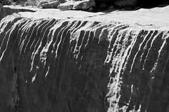 cascade d'ombres et de lumières (Mireille Muggianu) Tags: aubagne bouchesdurhone europe france provencealpescotedazur blackandwhite ombres pierre rochers stone textures samsungnx nx500 provence noiretblanc