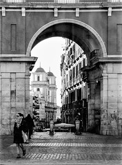Gateway, Plaza Mayor. (parnas) Tags: gate plazamayor madrid spain españa zwartwit blackandwhite blackwhite analoog film ilforddelta streetphotography straat