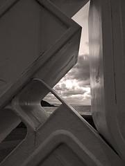 abstracto geométrico con paisaje (Luis Mª) Tags: abstracto abstraccióngeométrica escultura basterrechea donostia sansebastián monocromático blancoynegro paisaje atardecer mar nubes