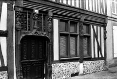 Maison Renaissance au 136 rue des tanneries à Verneuil-sur-Avre (Philippe_28) Tags: verneuilsuravre eure normandie france europe 27 colombage pansdebois 24x36 argentique analogue camera photography film 135 bw nb