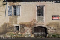 Route de Toulouse, Montaigut-sur-Save (Ivan van Nek) Tags: hautegaronne 31 france occitanie midipyrénées frankrijk frankreich nikon nikond7200 d7200 doorsandwindows ramenendeuren routedetoulouse montaigutsursave feretpierre decay decaying decayed vervallen facade gevel