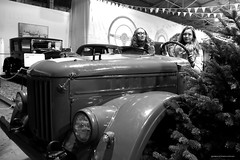 BO0O3756 (pataparat) Tags: люди people prettywoman joliefemme woman women девушки canon1dx 24105l moscow moscú moskau μόσχα 4x4 car vehicle auto offroadvehicle geländewagen terrengkjøretøy terreinauto offroader fuoristrada gaz69 газ69 tree