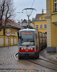 Wien : Après être passé sous une maison (en arrière-plan), le 38 fait son terminus à Grinzing (02.03.2019) (thomas_chaffaut) Tags: wien vienna osterreich austria wienerlinien siemens ulf tram tramway streetcar strasenbahn transport instatransport verkehr kingsvehicles kingstransports tvtransport discover neverstopexploring weekend