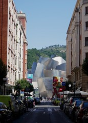 Perspective sur le  Musée Guggenheim, calle Iparraguirre, Bilbao, Biscaye, Pays Basque, Espagne. (byb64) Tags: puppy cachorro 1992 jeffkoons koons bilbao bilbo biscaye viscaya bizkaia biscay biscaglia paysbasque euskadi euskalherria paisvasco espagne espana spain spagna spanien europe europa eu ue nervion muséeguggenheim museoguggenheim guggenheim gehry frankgehry musée museo museum bi titane titanium sculpture escultura chien dog perro cane haushund