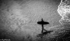 Le retour du serfeur (kaziphotography) Tags: surf plage océan man canon maroc windows vagues planche monochrome mer