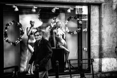 Elles sont toujours derrière moi? / They are still behind me? (vedebe) Tags: mannequin ville city rue street urbain urban homme humain human noiretblanc netb nb bw monochrome vitrine