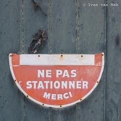 Rue des Pyrénées, Montréjeau (Ivan van Nek) Tags: ruedespyrénées montréjeau hautegaronne 31 france occitanie midipyrénées frankrijk frankreich nikon nikond7200 d7200 doorsandwindows ramenendeuren sign halfasign d341 derailinator mysteriousplacewithnoname