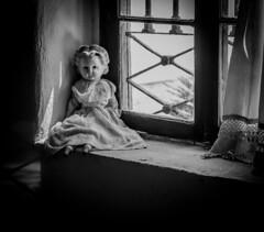 La muñeca de Gabriela Mistral, Vicuña, Chile (Mario Rivera Cayupi) Tags: planart1450 bw blancoynegro arte chile vicuña gabrielamistral muñeca doll ventana casa home hogar house canon80d blackandwhite serieart lentecarlzeiss carlzeisslens