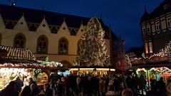 Goslar - Weihnachtsmarkt (ohaoha) Tags: europa europe deutschland germany alemania niedersachsen lowersaxony harz goslar kaiserstadt weihnachtsmarkt weinachtsbaum lichterketten stände besucher rathaus