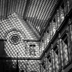 La cage dorée /The Golden Cage (Gilderic Photography) Tags: ete2018 bruxelles brussels belgique belgium architecture monochrome lines shadows light square bw