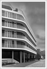 Schwungvolles Wohnen (Dirk Böhling) Tags: leica m9 biogont235 zm architecture blachandwhite